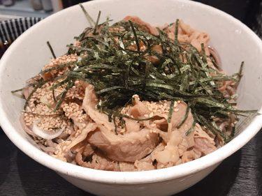 【そば 俺のだし】ラー油たっぷりの麺つゆに太麺のそばを絡めて食べてみる。※量多め※