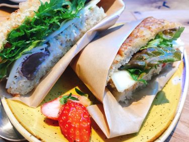 【Jaho Coffee Roaster & Wine Bar 田町店】自家製フォッカッチャのサンドウィッチや豊富なデザートが美味しいお店。